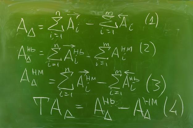 Lavagna verde con algoritmo di formule scritte a mano per il calcolo delle catene di dimensioni
