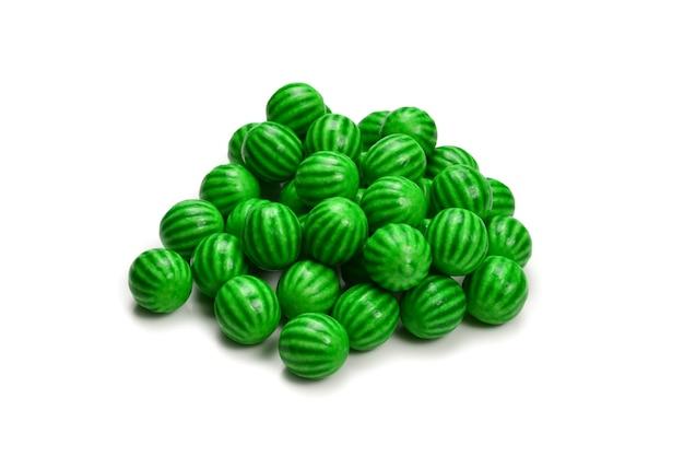 Gomma da masticare verde isolata su priorità bassa bianca.