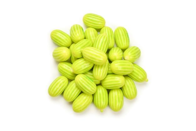 Gomma da masticare verde isolato su priorità bassa bianca.