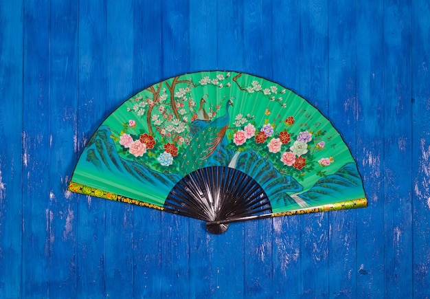 Ventaglio cinese verde su sfondo blu