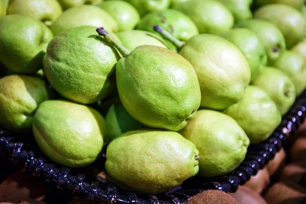 Pera fragrante cinese verde sulla vendita del canestro nel mercato di frutta