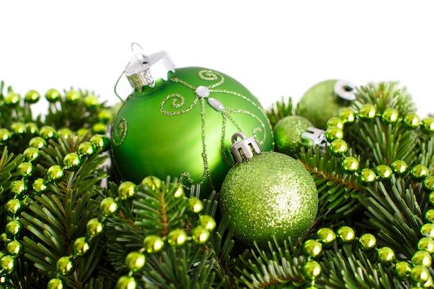 Bordo verde degli ornamenti di natale isolato