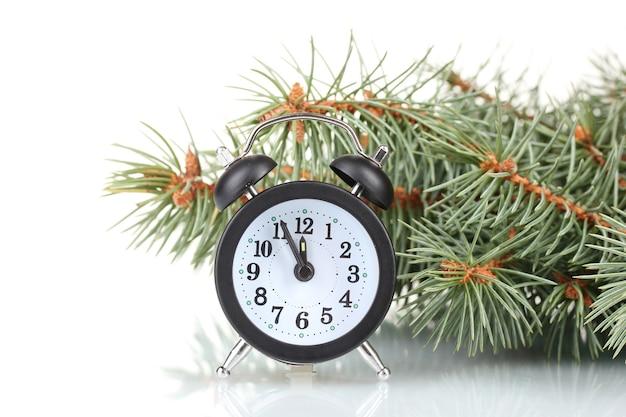 Albero di natale verde e orologio isolati su bianco