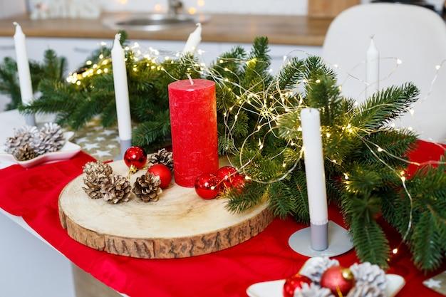 Albero di natale verde, decorato con palline, decorazioni natalizie, ghirlande gialle. decorazioni di capodanno in cucina. nuovo anno. decorazioni in casa per natale.