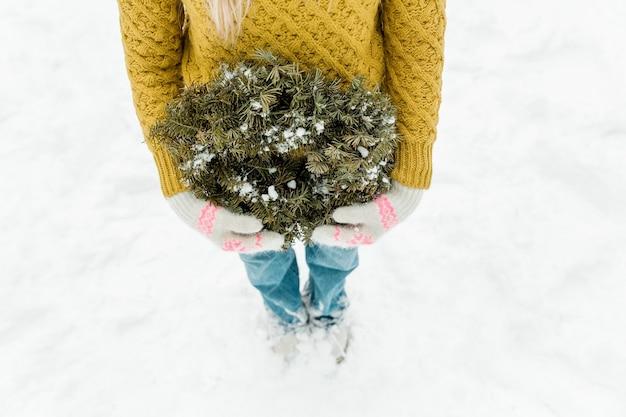 Ghirlanda di natale verde. bella ragazza che gode dell'inverno all'aperto.