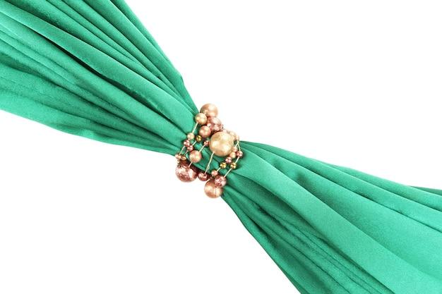 Panno verde legato con perline isolato su bianco