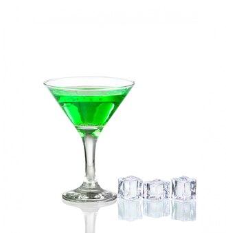 Cocktail verde con calce isolata su bianco