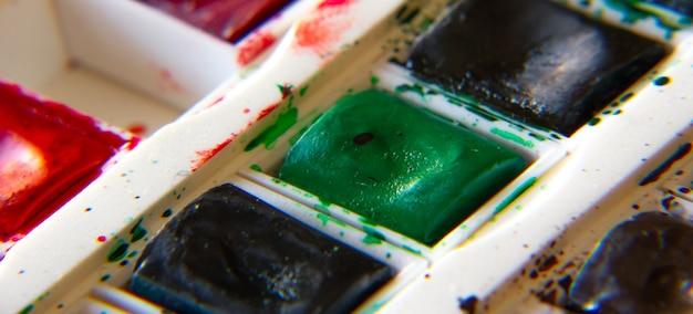 Colori verdi da una scatola di acquerelli usata.