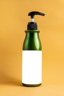 Contenitore verde con pompa per contenere shampoo doccia balsamo etichetta bianca pronta per altre idee