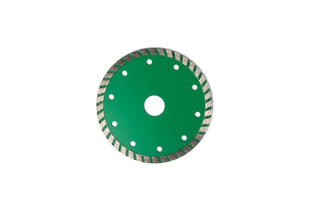 Disco diamantato verde per il taglio di cemento, pietra e piastrelle isolato su sfondo bianco.