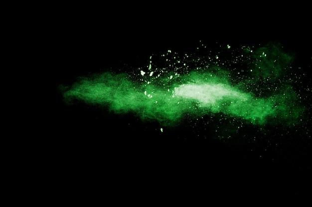 Esplosione di polvere verde su sfondo nero