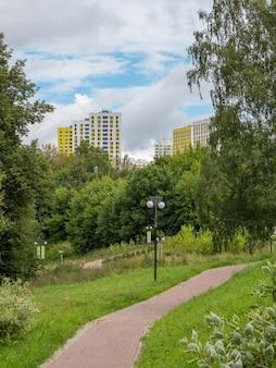 Parco verde ecologico nel quartiere della città a nord di mosca khimki