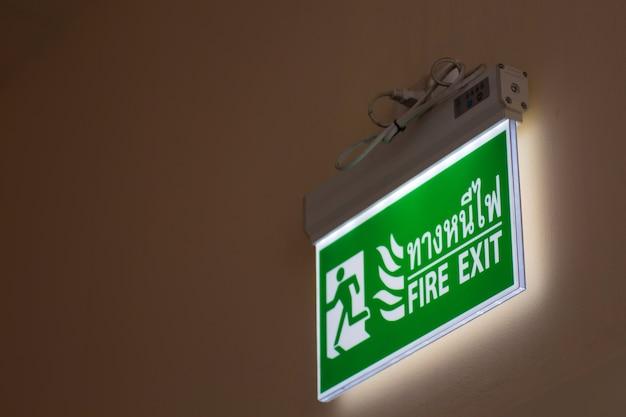 L'uscita di emergenza verde firma dentro l'ospedale che mostra il modo di scappare