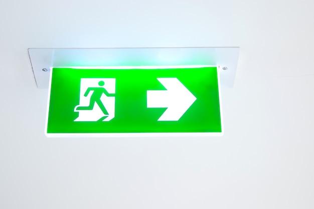 Segno verde dell'uscita di emergenza antincendio o scala antincendio nell'edificio