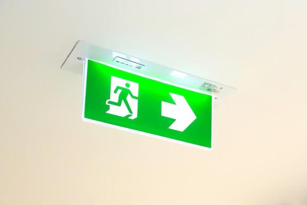 Segnale di uscita antincendio di emergenza verde o scala antincendio nell'edificio
