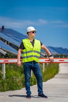 Il lavoratore dell'energia verde sta conducendo una visita di ispezione in loco presso la nuova base energetica.