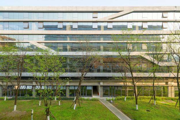 Ambiente verde degli edifici per uffici nel parco scientifico e tecnologico, chongqing, cina