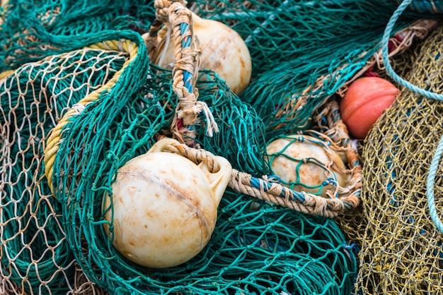 Rete da pesca verde con boe al porto. avvicinamento
