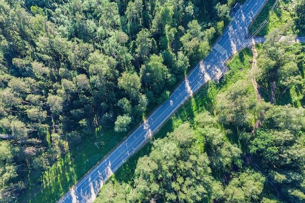 Vista aerea drone foresta verde. strada nella foresta dall'alto.