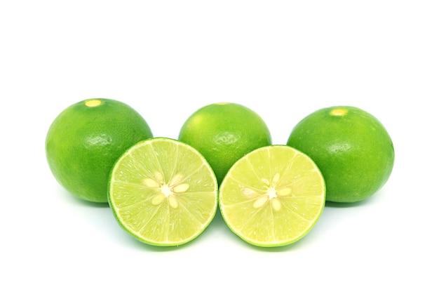 Limette fresche verdi isolate sulla superficie bianca Foto Premium