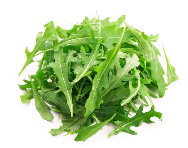 Foglia di rucola o rucola fresca verde isolata su fondo bianco.