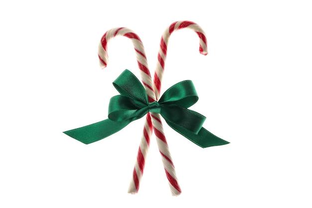 Fiocco regalo verde con bastoncini di zucchero isolati su bianco