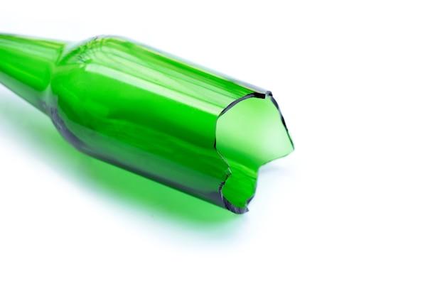 Bottiglia di vetro verde isolata rotta.