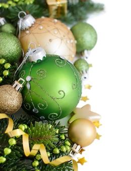 Bordo verde e dorato degli ornamenti di natale isolato