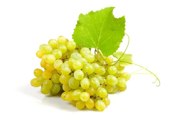 Grappolo d'uva verde isolato su sfondo bianco
