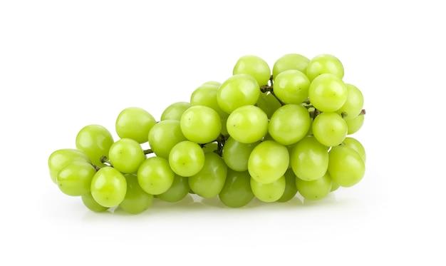 Uva verde isolata su bianco