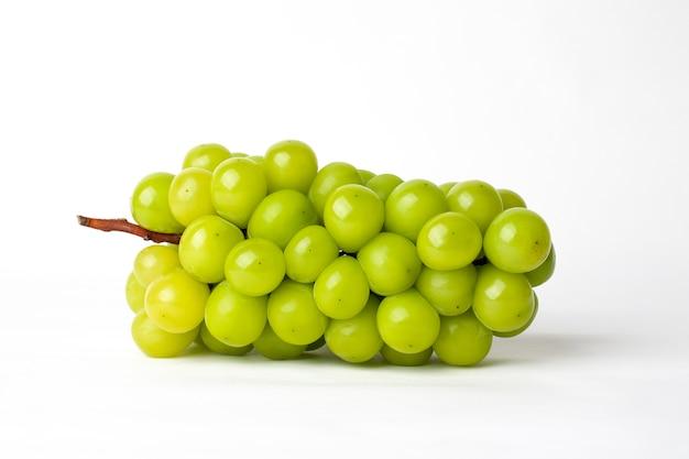 Uva verde su bianco isolato