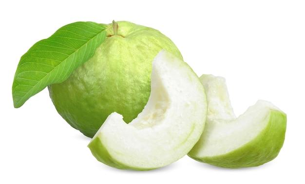 Frutta guava verde e affettato isolato su bianco