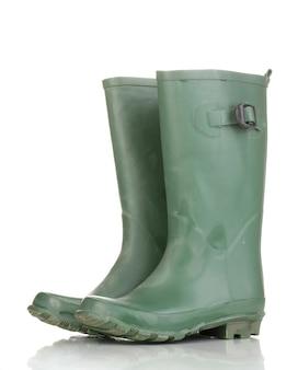 Stivali di gomma verdi isolati su bianco