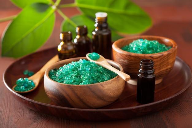 Sale alle erbe verdi e oli essenziali per un sano bagno termale
