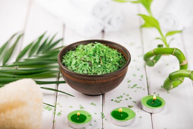 Spirulina sale verde alle erbe in ciotola di ceramica bianca