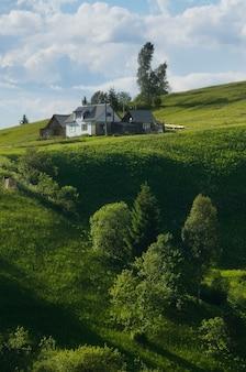 Collina verde alla casa