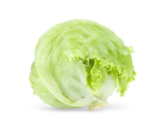 Lattuga iceberg verde su sfondo bianco