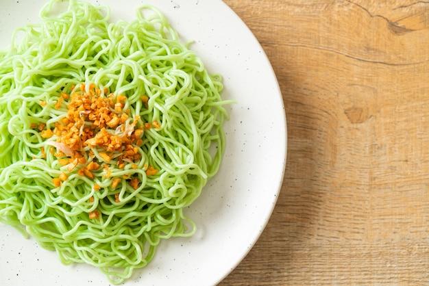 Tagliatella di giada verde con aglio sul piatto
