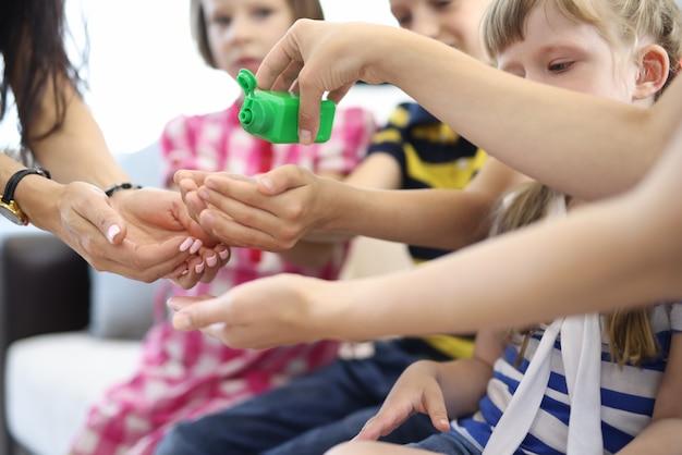 Barattolo verde con disinfettante per le mani