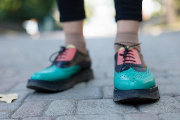 Scarpe oxford laccate verdi. vista dall'alto. avvicinamento. hipster donna indossare scarpe moda nappa mocassino