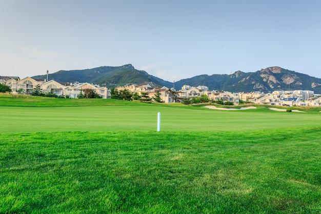 Prato verde nella moderna zona della villa