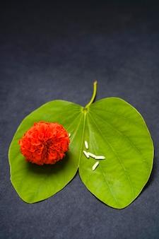 Foglia verde, riso e fiori d'arancio