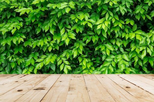 Congedo verde con goccia d'acqua e tavolo in legno