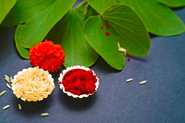 Foglie verdi, riso, fiori e polvere rossa