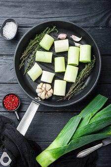 Porri verdi sultano tritato oninon sulla bistecchiera cruda con ingredienti di erbe