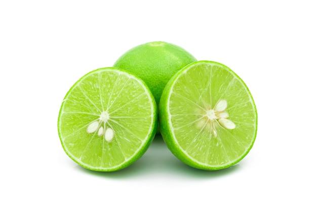 Limoni verdi su sfondo bianco