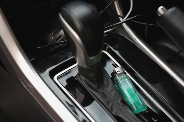 In macchina c'è un accendino verde.