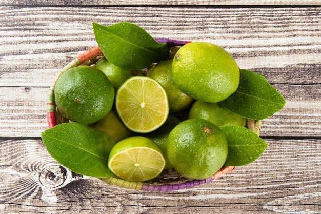 Cestino di frutta verde lime con vista dall'alto.
