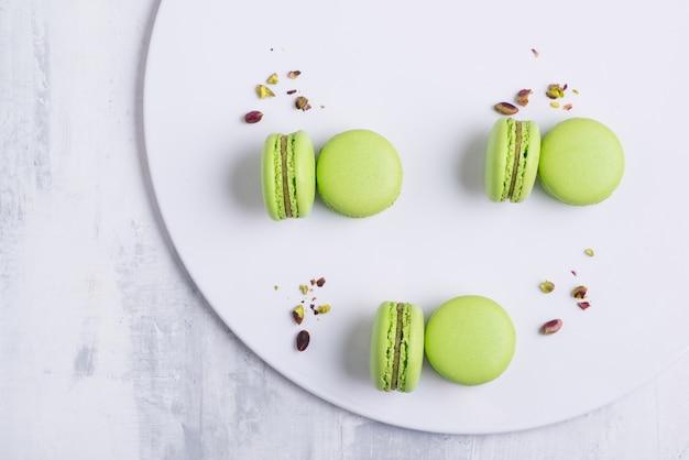 Biscotto verde maccheroni francese sul piatto bianco. foto in studio