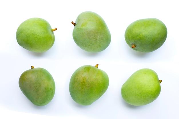 Mango verde su sfondo bianco.